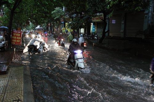 Bão số 5 đổ bộ, Hà Nội lại mưa ngập - 10