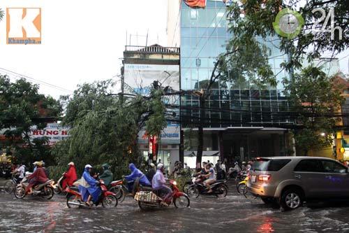 Bão số 5 đổ bộ, Hà Nội lại mưa ngập - 4