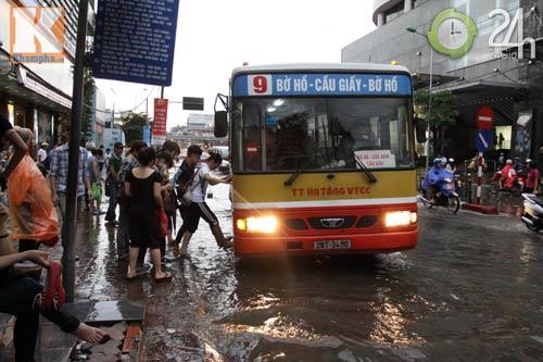 Bão số 5 đổ bộ, Hà Nội lại mưa ngập - 14