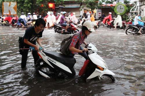Bão số 5 đổ bộ, Hà Nội lại mưa ngập - 11