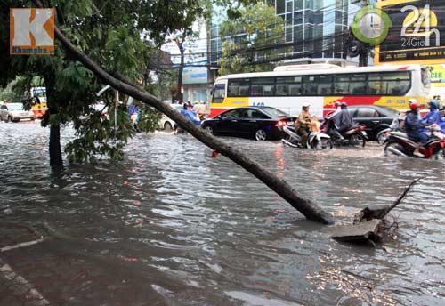 Bão số 5 đổ bộ, Hà Nội lại mưa ngập - 6