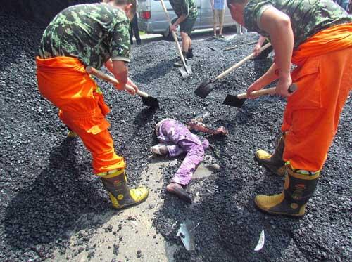 TQ: Kinh hoàng nhựa đường nóng đè chết người - 2
