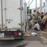 Cụ già 74 tuổi chết thảm dưới gầm xe tải