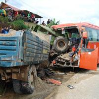 Tai nạn kinh hoàng: Xe tải đâm nát xe khách