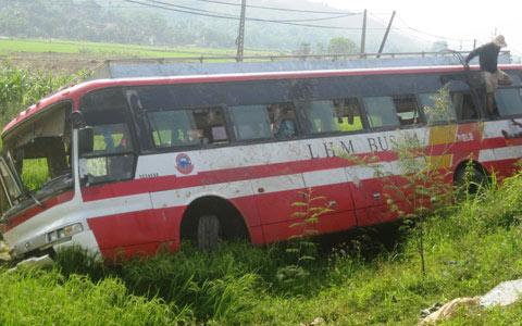Vụ lật xe: Cử đoàn y tế từ HN vào Nghệ An - 1