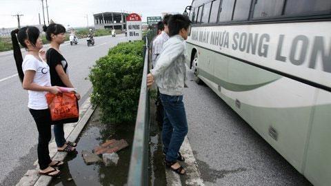 """Thót tim cảnh """"xé rào"""" băng qua quốc lộ 5 - 4"""