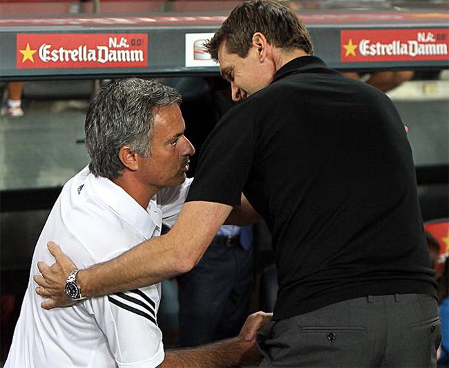 Trước khi trận đấu bắt đầu, HLV Mourinho và Tito đã trao nhau cái tay hết sức thân thiện.
