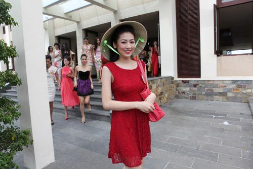"""Thí sinh Hoa hậu """"cưỡng hôn"""" bạn - 3"""