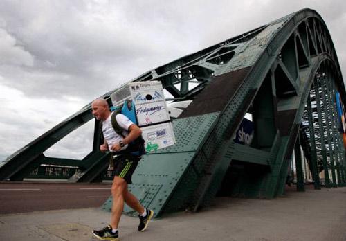 Vác tủ lạnh chạy marathon... mỗi ngày - 1