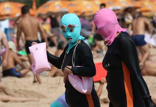 Rộ mốt đeo mặt nạ trên bãi biển TQ - 1