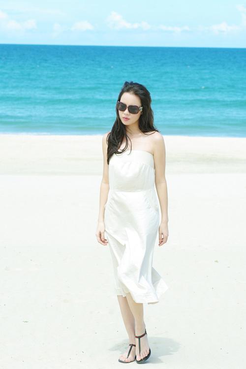 Á hậu Ngọc Oanh xinh đẹp trên biển vắng - 13