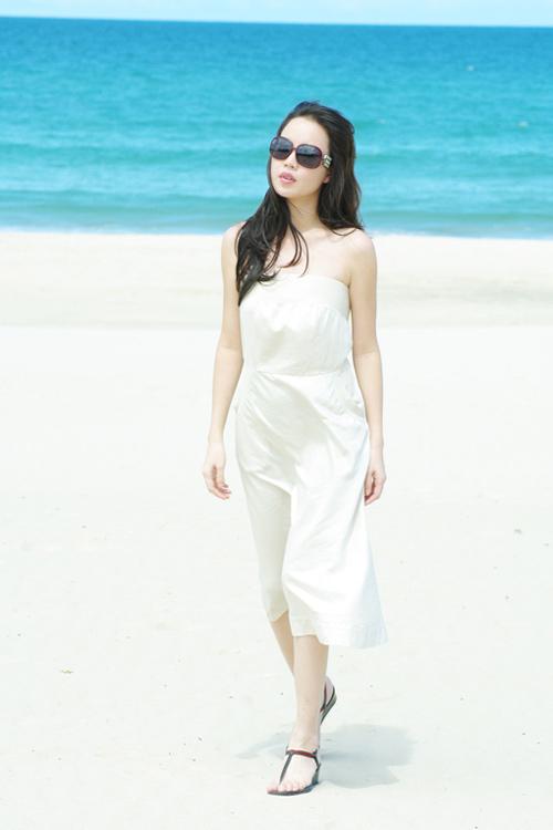 Á hậu Ngọc Oanh xinh đẹp trên biển vắng - 14