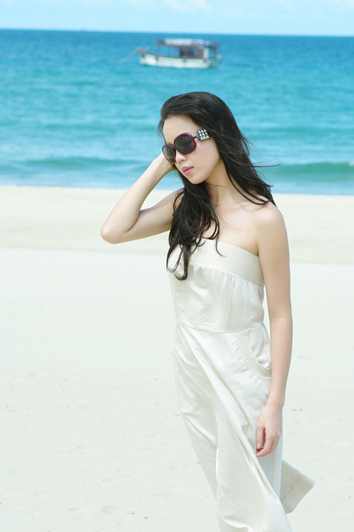 Á hậu Ngọc Oanh xinh đẹp trên biển vắng - 15