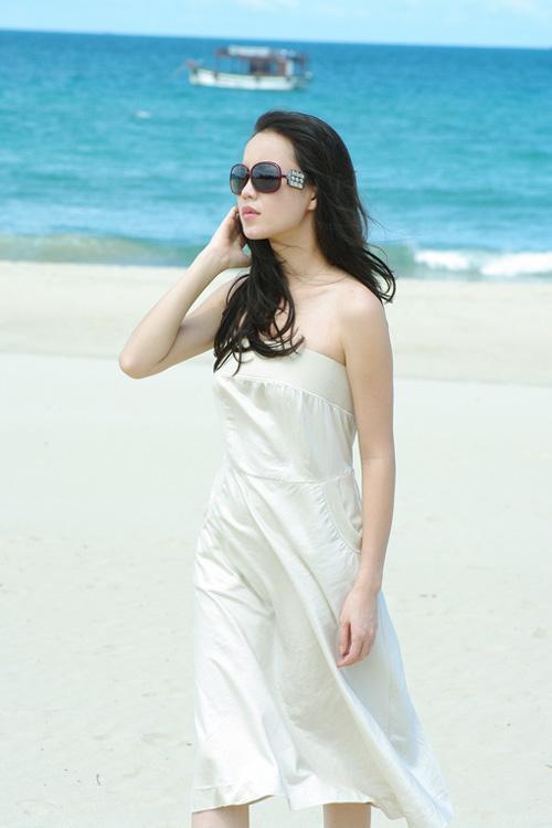 Á hậu Ngọc Oanh xinh đẹp trên biển vắng - 16