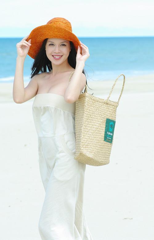 Á hậu Ngọc Oanh xinh đẹp trên biển vắng - 9