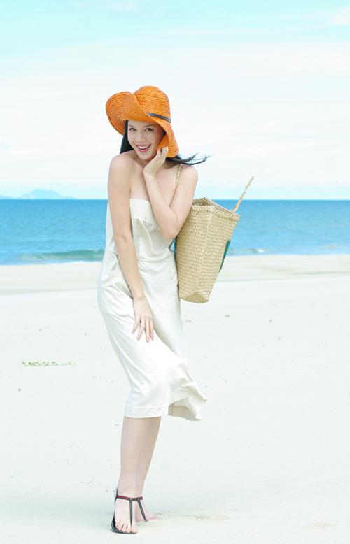 Á hậu Ngọc Oanh xinh đẹp trên biển vắng - 7