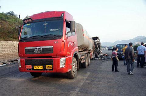 TQ: Xe khách va xe bồn, 36 người chết cháy - 2