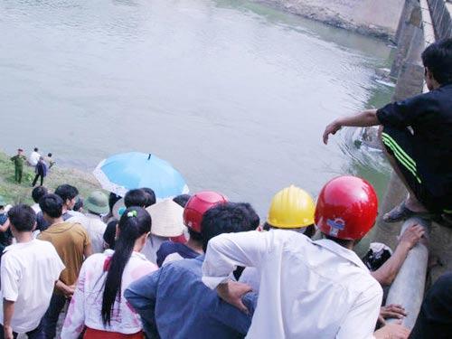 Đánh lộn trên cầu, 1 người rớt sông chết - 2