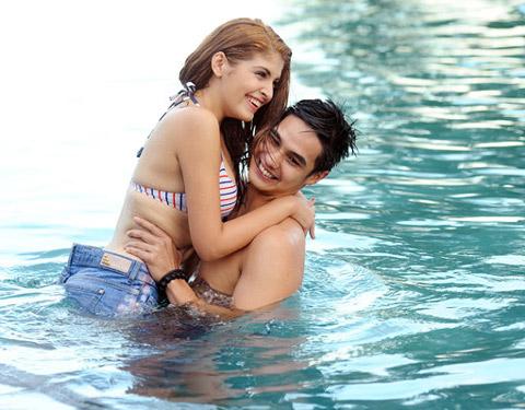 Andrea hôn Baggio ở bể bơi - 6