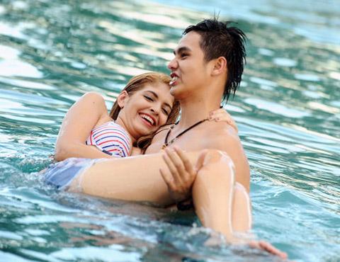 Andrea hôn Baggio ở bể bơi - 7