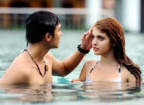Andrea hôn Baggio ở bể bơi - 9
