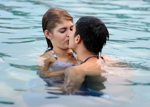 Andrea hôn Baggio ở bể bơi - 11