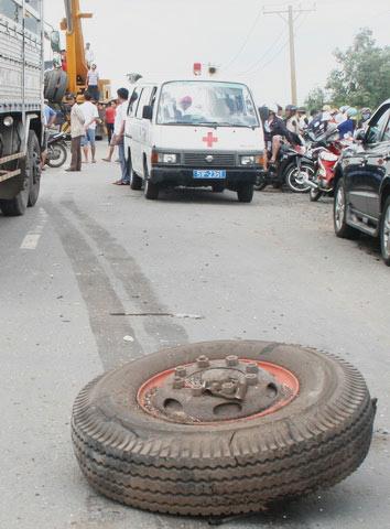TPHCM: Xe tải lật úp, chôn chặt xác tài xế - 1