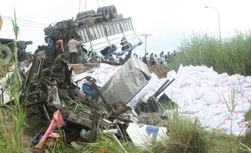 TPHCM: Xe tải lật úp, chôn chặt xác tài xế - 2
