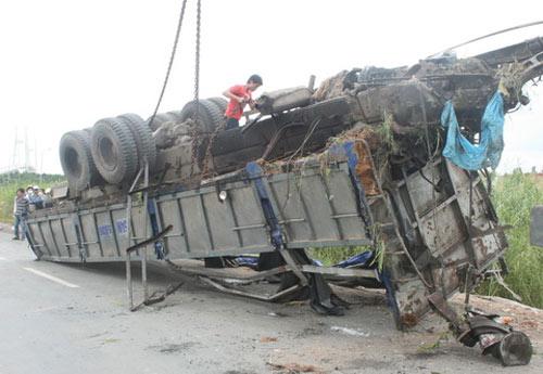 TPHCM: Xe tải lật úp, chôn chặt xác tài xế - 3