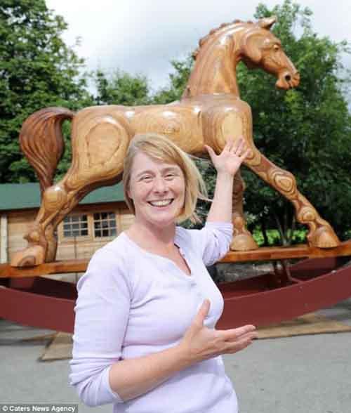 Chú ngựa khổng lồ cao bằng nhà 2 tầng - 3
