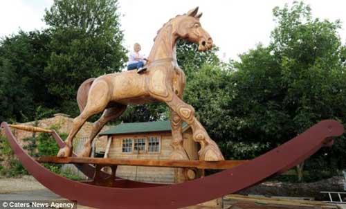 Chú ngựa khổng lồ cao bằng nhà 2 tầng - 2