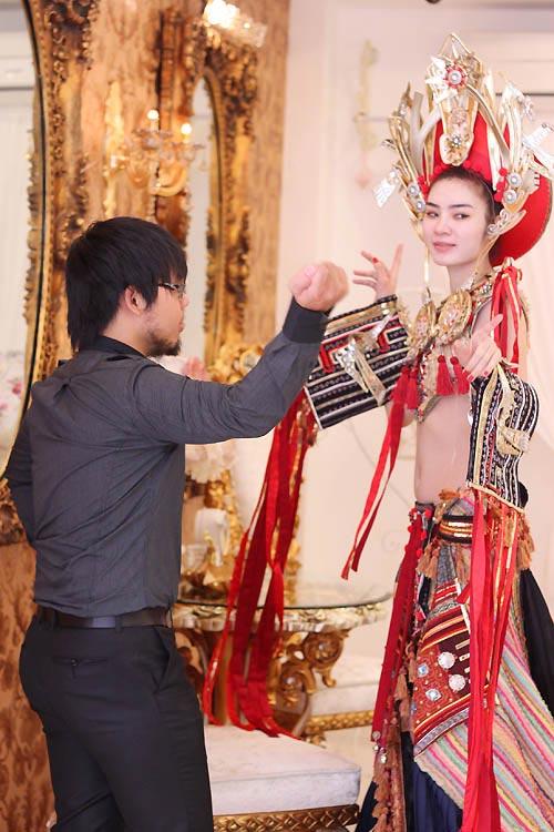Ngọc Oanh hở táo bạo với váy dân tộc - 1
