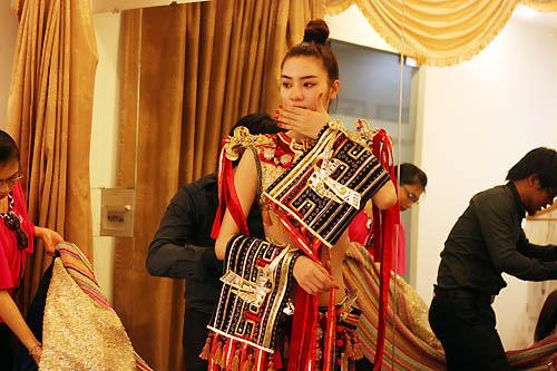 Ngọc Oanh hở táo bạo với váy dân tộc - 9