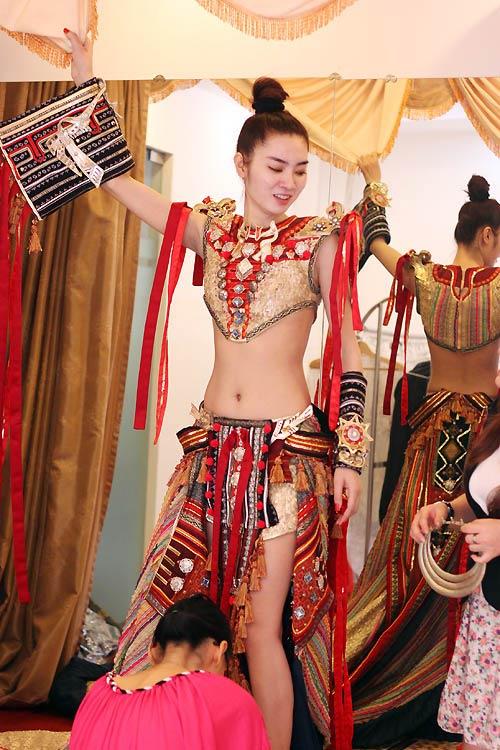 Ngọc Oanh hở táo bạo với váy dân tộc - 10
