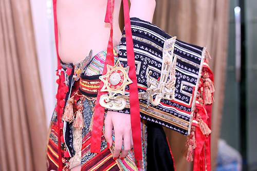Ngọc Oanh hở táo bạo với váy dân tộc - 11