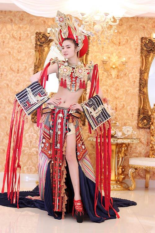 Ngọc Oanh hở táo bạo với váy dân tộc - 4
