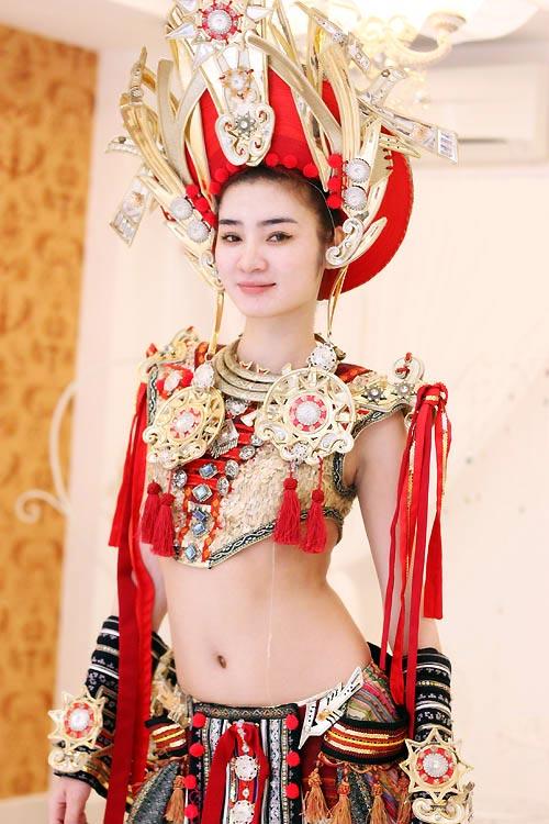 Ngọc Oanh hở táo bạo với váy dân tộc - 5