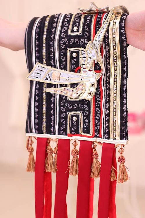 Ngọc Oanh hở táo bạo với váy dân tộc - 6