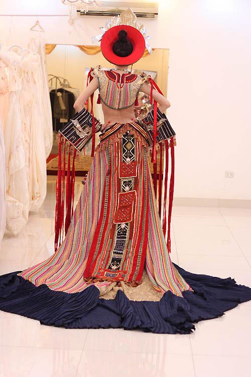 Ngọc Oanh hở táo bạo với váy dân tộc - 7