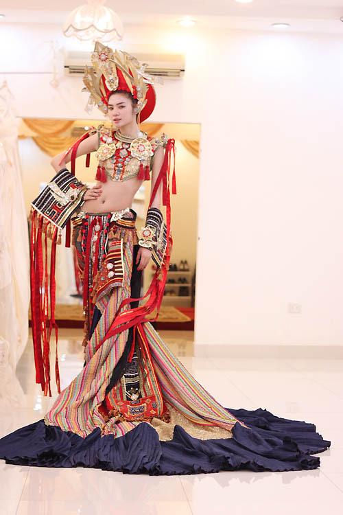 Ngọc Oanh hở táo bạo với váy dân tộc - 8