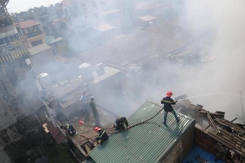 Vụ cháy nhà gỗ ở HN: Khổ trăm bề! - 1