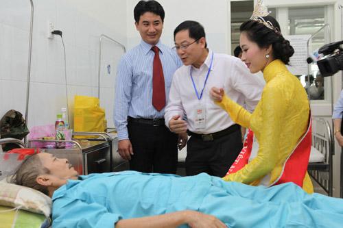 Thu Thảo ân cần bên bệnh nhân ung thư - 9