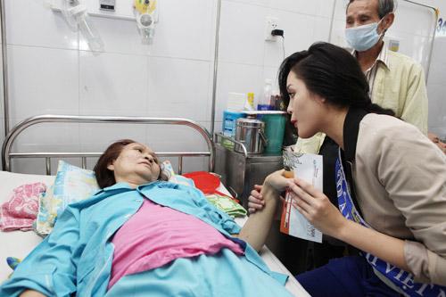 Thu Thảo ân cần bên bệnh nhân ung thư - 13
