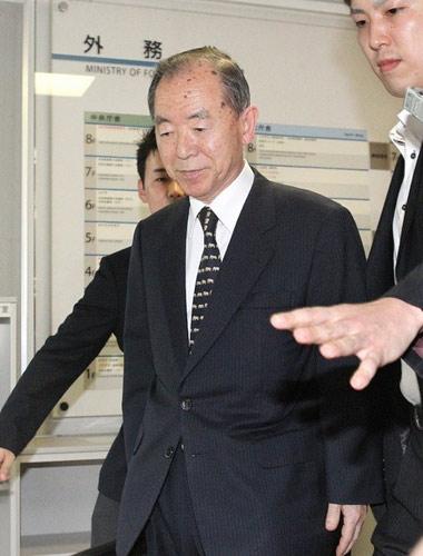 Xe chở đại sứ Nhật bị giật cờ ở Trung Quốc - 1