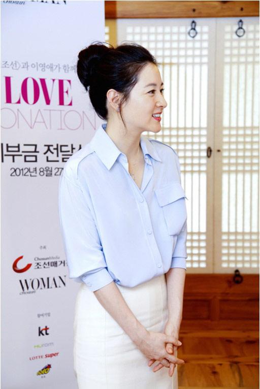 Lee Young Ae xinh đẹp đi từ thiện - 2
