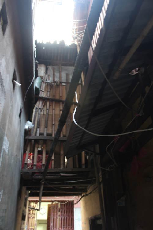 Hà Nội: Nhiều khu nhà gỗ... chờ cháy - 9