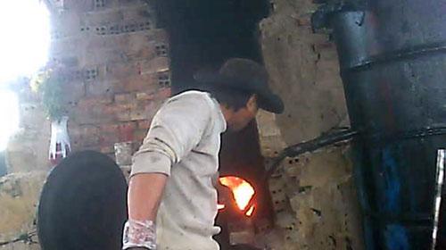 Nấu dầu lậu trong rừng tràm - 1