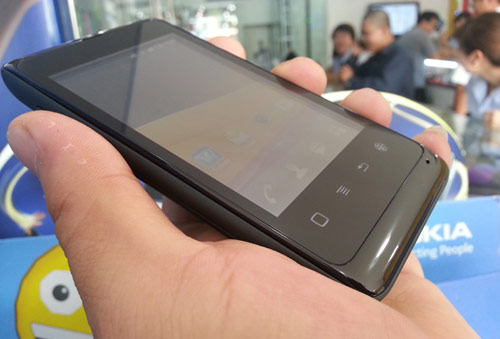 Sốc với Smartphone 3G, 2 sim giá rẻ FPT F8 - 1