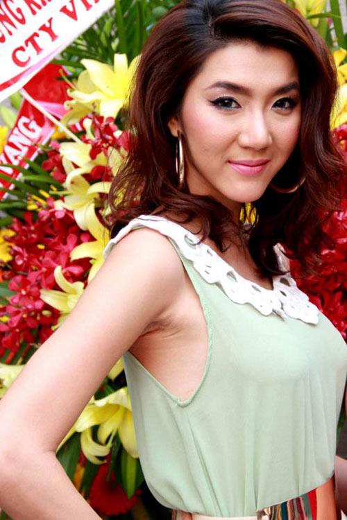 """Nụ cười """"méo mó"""" của mỹ nhân Việt - 18"""