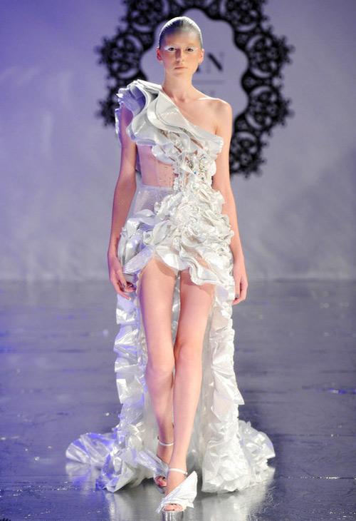 Những bộ váy cưới sexy đến... gai người - 10